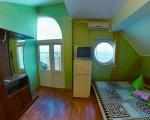 4-х местный,однокомнатный номер с балконом и ванной комнатой, вид из окна на море.  В номере есть три кровати с ортопедическими матрацами,одна двухспальная и две односпальные,две прикроватные тумбочки,зеркало  стол, стулья,шкаф и вешалка для вашей одежды, телевизор с лучшими каналами кабельного телевиденья,холодильник,  современный кондиционер с очистителем воздуха.  На уютном балконе,можно отдохнуть и подышать чистым морским воздухом.  Ванная комната,оборудована всем необходимым-горячая и холодная вода кру
