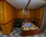 3-х местный,однокомнатный номер с собственным двориком кухней,ванной комнатой и выходом на пляж.   В номере есть кухня,оборудована всем необходимым для комфортного прибывания на базе отдыха Тира (микроволновая печь,кухонная мебель,мойка,холодильник)  Так-же в номере двухспальная и одна односпальная кровати  с ортопедическими матрацами,две прикроватные тумбочки,  вешалка,зеркало,шкаф для вашей одежды,стол, стулья, LCD 32