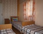 Пятиместный номер (двухуровневый коттедж): Спальная комната на первом этаже на 3 места.