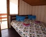 Семиместный номер (двухуровневый коттедж): 2 раздельных спальных комнаты на втором этаже на 2+2 места с двумя балконами.