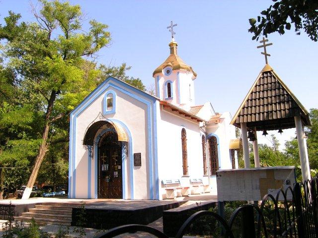 Центр поселка Затока церковь на аллее Веры фото