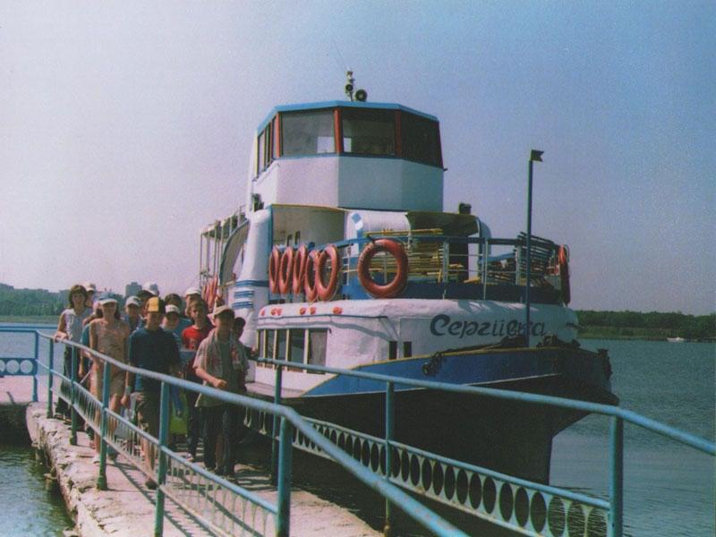 Катер на котором возят туристов на пляж в Сергеевке фото