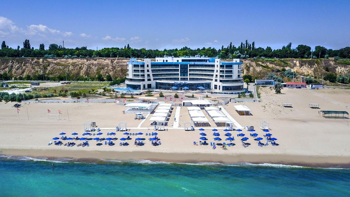 Вид с моря на отель Черное море Бугаз в курорте Каролино-Бугаз фото