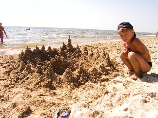 Детский отдых в Затоке - замок на песке на пляже фото