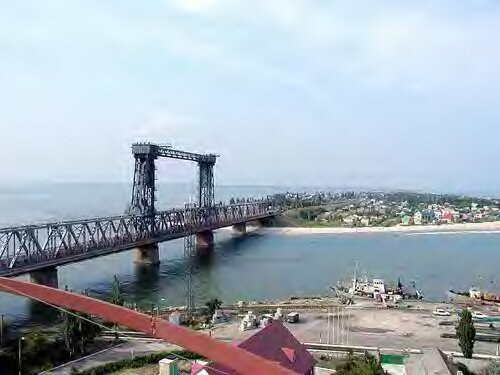 Железнодорожный мост над проливом между морем и Днестровским лиманом фото